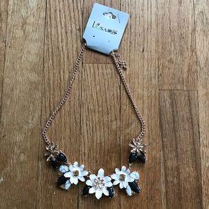 NWT White Flower Statement Necklace